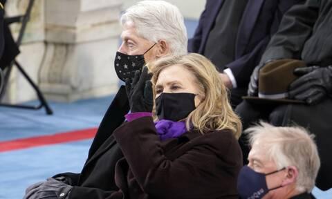 Ορκωμοσία Μπάιντεν: Η άτυχη στιγμή του Κλίντον ο οποίος φαίνεται να... κοιμάται