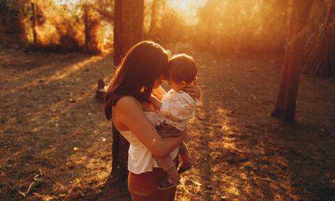 Παγκόσμια Ημέρα Αγκαλιάς: Πώς η αγκαλιά ωφελεί τα παιδιά
