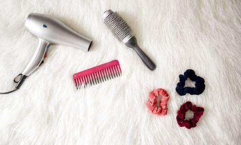 Πώς μπορείτε να χρησιμοποιήσετε -αλλιώς- το πιστολάκι μαλλιών