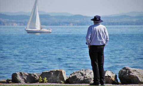 Συντάξεις: Τι ισχύει για τα μεταβατικά όρια ηλικίας - Ποιοι βγαίνουν νωρίτερα στη σύνταξη
