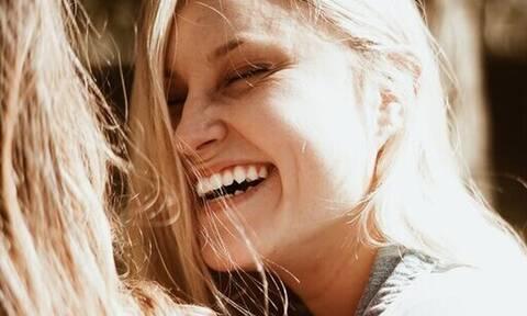 Τι φταίει και μυρίζει άσχημα το στόμα σου; Πώς θα το αντιμετωπίσεις;
