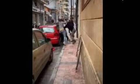 Άγρια συμπλοκή μεταναστών στο κέντρο της πόλης - Γρονθοκοπούν έναν άλλο αλλοδαπό