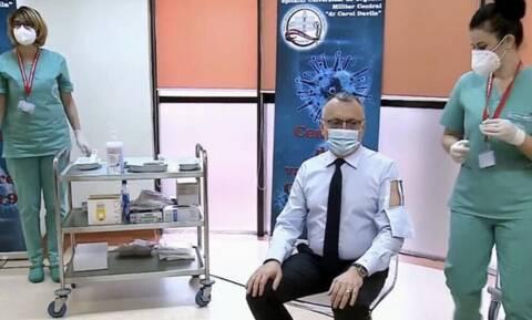 Τρομερή πατέντα: Πουκάμισο με… πορτάκι εμβολιασμού (video)