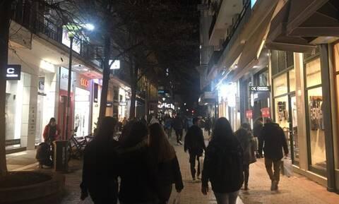 Εικόνες προ πανδημίας στη Λάρισα - Μεγάλες ουρές έξω από μαγαζιά