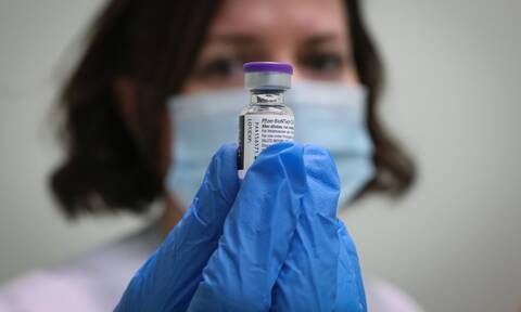 Εμβολιασμός: Πώς κατάφερε η Ελλάδα να εξασφαλίσει τη δεύτερη δόση για όσους έκαναν την πρώτη