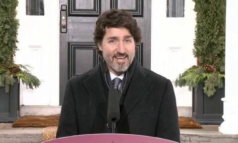 Καναδάς: Ο Τριντό αξιοποιεί το meme του Μπέρνι Σάντερς για να συστήσει να αποφεύγονται τα ταξίδια