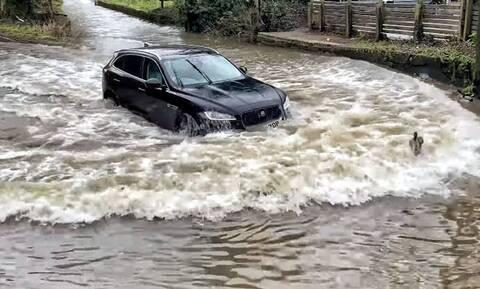Δείτε πως δεν πρέπει να διασχίζετε έναν πλημμυρισμένο δρόμο (vid)