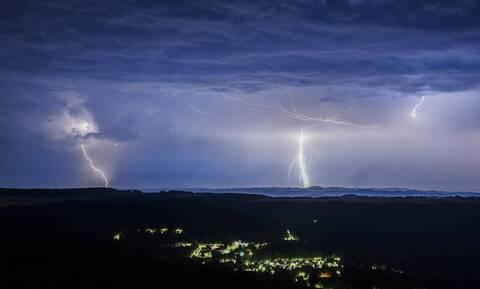 Καιρός - Έκτακτο Δελτίο ΕΜΥ: Με βροχές και καταιγίδες η Δευτέρα - Νέα επιδείνωση την Τρίτη