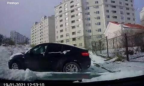 Οδηγός σε απίστευτη ετοιμότητα γλιτώνει σίγουρο τρακάρισμα σε πάγο