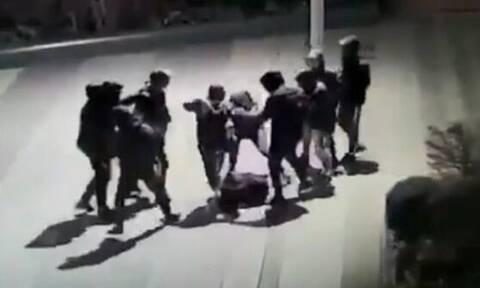 Φρίκη: Συμμορία ανηλίκων ξυλοκόπησε άγρια 14χρονο – Σε κώμα το αγόρι από τα χτυπήματα (vid)