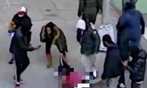 Σοκ στη Νέα Υόρκη από άγριο ξυλοδαρμό στη μέση του δρόμου – Άφησαν αιμόφυρτο και χωρίς ρούχα το θύμα