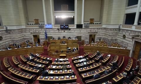 Απαγόρευση συναθροίσεων: «Μάχη» στη Βουλή - «Σπέρνετε ανέμους και θα θερίσετε θύελλες»