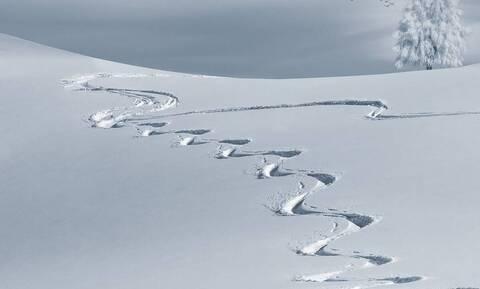 Τρόμος στο χιόνι: Κατέβαινε την πλαγιά χωρίς να γνωρίζει τι τον κυνηγά με μανία