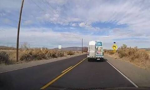 Φορτηγό αναποδογύρισε στο δρόμο και αυτό που έγινε στη συνέχεια δεν το φαντάζεσαι σίγουρα (video)