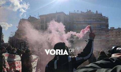 Θεσσαλονίκη - Διαμαρτυρία φοιτητών: Πέταξαν αβγά και πέτρες στην πύλη του ΥΜΑΘ