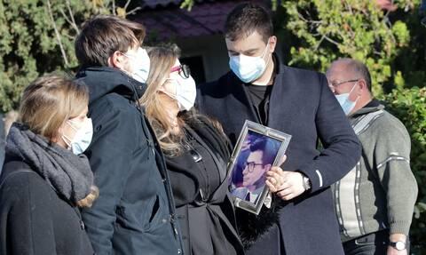 Σήφης Βαλυράκης: «Στερνό αντίο» στον πρώην υπουργό - Τραγικές φιγούρες η σύζυγος και οι γιοι του