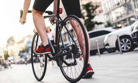 Πώς θα κάνεις ποδήλατο στην πόλη χωρίς να κινδυνεύεις από αυτοκίνητα;