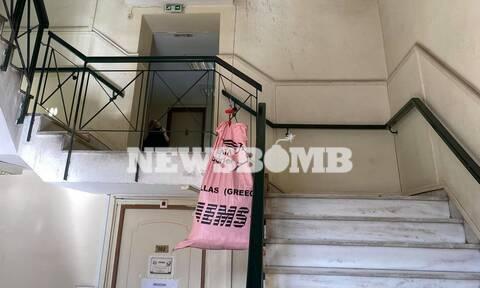 Ρεπορτάζ Newsbomb.gr: Με... γερανό κουβαλάνε τους φάκελους στην Ευελπίδων!