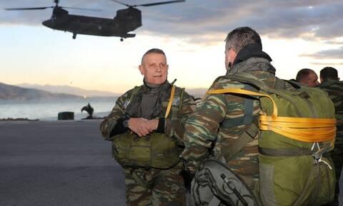 Στρατηγός Φλώρος: Άλμα με αλεξίπτωτο από τον «κομάντο» Αρχηγό ΓΕΕΘΑ την πιο κρύα μέρα του χειμώνα