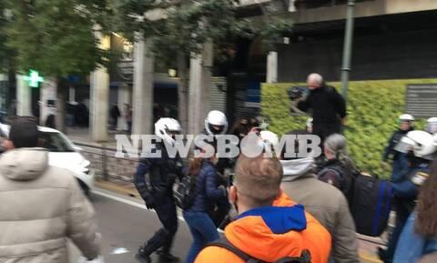 Επεισόδια στην Αθήνα σε συγκέντρωση για τον Κουφοντίνα - Ξυλοκόπησαν δημοσιογράφο (vid)