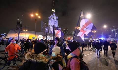 Πολωνία: Τρίτη νύχτα διαδηλώσεων κατά της απαγόρευσης των αμβλώσεων