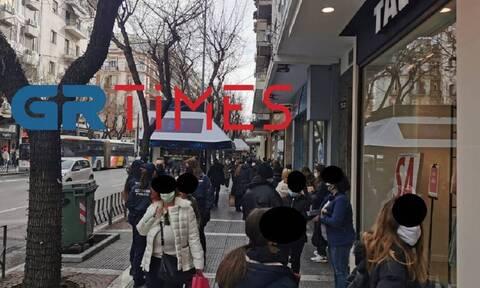 Το lockdown πήγε ...περίπατο στη Θεσσαλονίκη: Μεγάλες ουρές για ψώνια στα καταστήματα