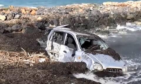 Ηράκλειο: Βυθισμένα στη θάλασσα παραμένουν αυτοκίνητα εδώ και 2 μήνες μετά τα πλημμυρικά φαινόμενα