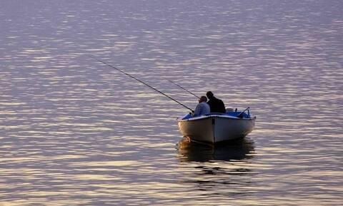 Απίστευτο: Αφαίρεσαν από το λαρύγγι ψαρά ένα ψάρι... 18 εκατοστών!