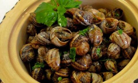 Κρητική συνταγή: Μυρωδάτοι χοχλιοί με αγριομάραθα και φρέσκα χόρτα