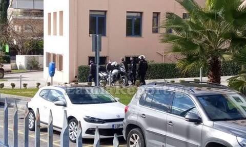 Λαμία: Συναγερμός στο Δημαρχείο της πόλης! Έβγαλε μαχαίρι στην είσοδο του κτηρίου