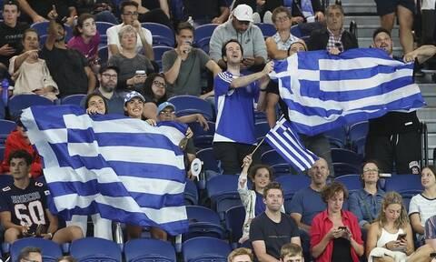 Στέφανος Τσιτσιπάς: Εικόνα γεμάτη Ελλάδα! - Οι ομογενείς χόρεψαν Πάριο στο γήπεδο (video)