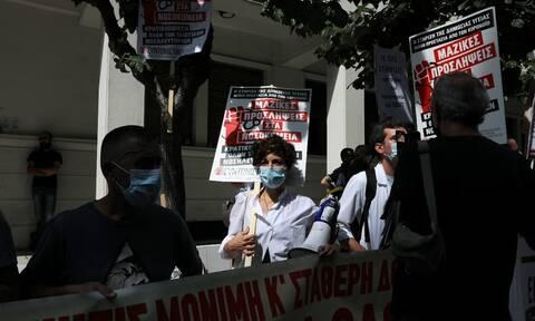 Απαγόρευση συγκεντρώσεων: Στο στόχαστρο οι πρόεδροι των γιατρών και των εργαζόμενων στα νοσοκομεία