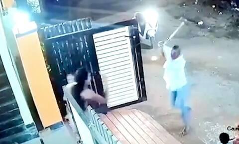 Ινδία: Άνδρας χτύπησε με τσεκούρι γυναίκα που κρατούσε παιδί – Το βίντεο σοκάρει