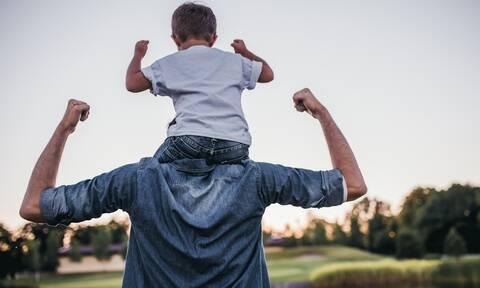 Έρχεται άδεια τοκετού 14 ημερών σε πατέρες – Τι σχεδιάζει το υπουργείο Εργασίας
