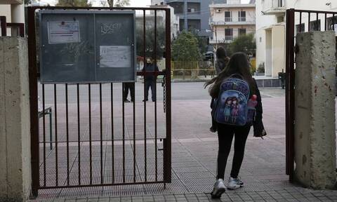 «Σπαζοκεφαλιά» τα σχολεία: Διχογνωμία των ειδικών – Πρέπει να κλείσουν ή όχι;