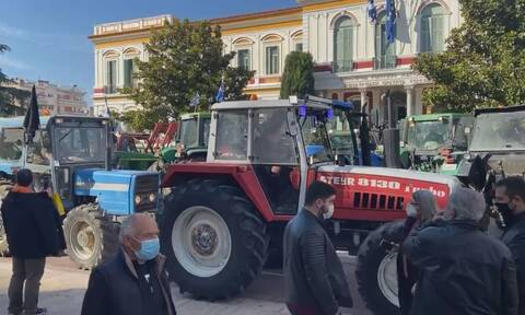 Σέρρες: Συγκέντρωση διαμαρτυρίας αγροτών με τα τρακτέρ τους στο διοικητήριο της Αντιπεριφέρειας