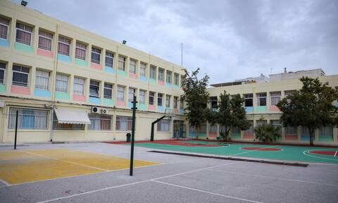 Κορονοϊός - Συναγερμός για σχολεία: Διασωληνώθηκε δασκάλα που δίδασκε σε τρία δημοτικά