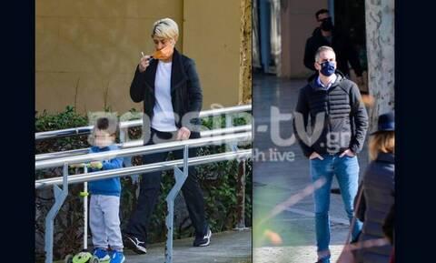 Δείτε Κοσιώνη – Μπακογιάννη σε βόλτα με τον γιο τους στο Ζάππειο