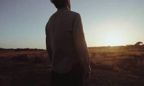 Συγκίνηση: Το τραγούδι ψυχολόγου από τη Δράμα για τα πρόσωπα που «χάθηκαν» από κορονοϊό (video)