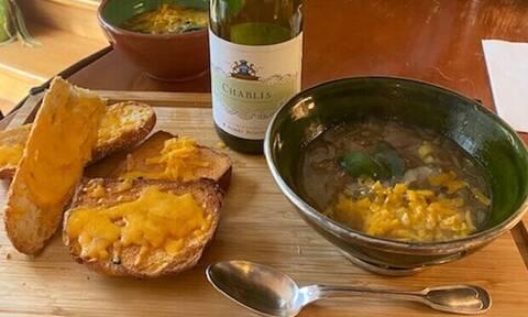 Γράφει η Majenco: Συνταγή για την απόλυτη Αγγλική κρεμμυδόσουπα με φασκόμηλο και cheddar