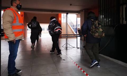 «Βόμβα»: Δεν αποκλείεται οι μεταλλάξεις να συνδέονται με την αύξηση των κρουσμάτων στα σχολεία
