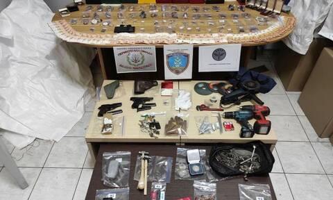 Λιμενικοί συνέλαβαν 72χρονο για ληστείες με σπείρα αλλοδαπών - «Θησαυροφυλάκιο» το σπίτι του