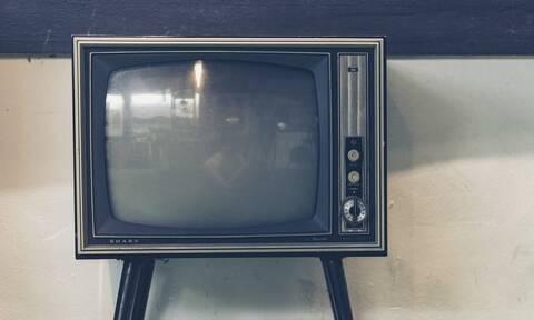 Απίστευτο: 74χρονη έσπασε το κεφάλι του συζύγου της με σφυρί επειδή άφησε την τηλεόραση ανοιχτή