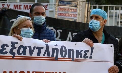 Κορονοϊός - εμβολιασμός: Αντιφατικές οδηγίες και παράλογες μετακινήσεις γιατρών καταγγέλλει η ΕΙΝΑΠ