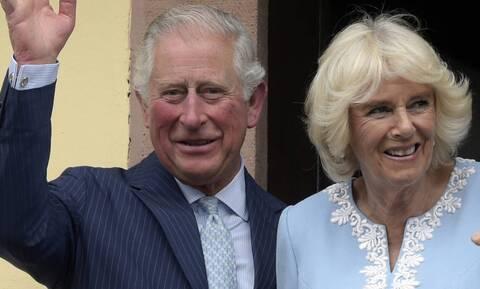 Βρετανία - Κορονοϊός: Ο πρίγκιπας Κάρολος και η Καμίλα έλαβαν τις πρώτες δόσεις του εμβολίου