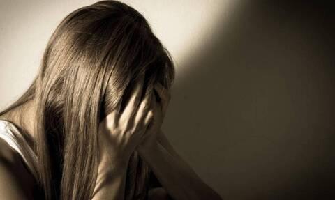 Συγκλονίζει η περιγραφή 20χρονης: «Με πέταξε πάνω στο κρεβάτι, αντέδρασα και με χαστούκισε»