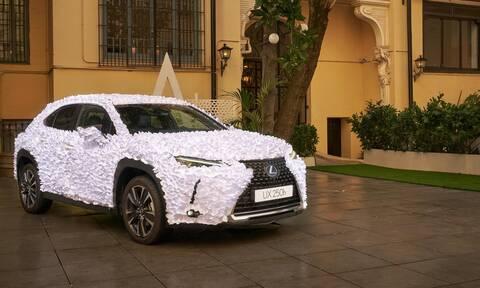 Με τι είναι καλυμμένο αυτό το Lexus;