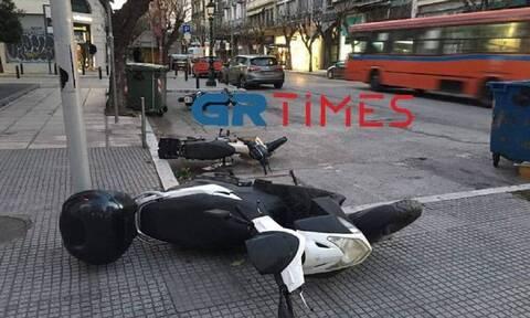 Κακοκαιρία στη Θεσσαλονίκη: Ισχυροί άνεμοι ξερίζωσαν δέντρα και «γκρέμισαν» μοτοσικλέτες