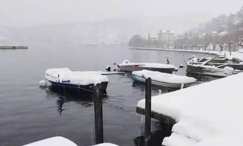 Κακοκαιρία «Μήδεια» - Καστοριά: Καταγράφηκε η χαμηλότερη θερμοκρασία της ημέρας – Πάγωσε η λίμνη