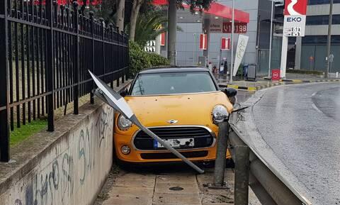 Απίστευτο ατύχημα στην Κηφισίας: Αυτοκίνητο σφηνώθηκε ανάμεσα στις μπάρες και τα κάγκελα